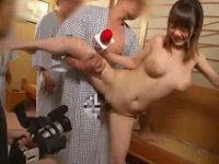 新人巨乳タレントがカメラの前でセクハラ着替え…発情した浴衣の男達にハメられ白乳揺らしリポートする