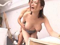 自分のパンチラでデッサンモデルを勃起させてしまいデカ乳ブルンブルン揺らしながら性交しまくる人妻