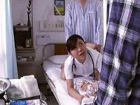 入院患者からバックでハメられ高速ピストンされている最中に父親が面会に来て照れながら喘ぐ美人看護師