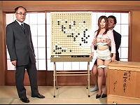 囲碁番組のアシスタントお姉さんがパンツ下ろされ立ちバックで高速パンパン突かれても我慢して放送する