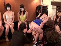 地下アナルオークション現場で並んだ女性の肛門を舐めたり2穴同時挿入して吟味する男たち