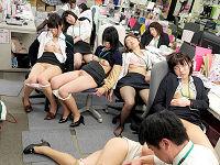 女性社員が24人いる雑誌編集部に左遷された男がお茶に○剤仕込み遠慮なく順番にチ○コ挿れまくる