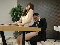 朝の情報番組で美人女子アナが強風パンチラに遭遇したり上司からハメられながらもニュース原稿を必死で読む姿が可愛い
