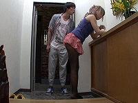 マンションの隣室に住むギャルママのミニスカからはみ出たパンツに発情して夫が出掛けた隙にチ○コハメまくる