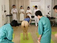 治療の為に逆らえず下半身丸出しの女性患者がウロウロしている羞恥病院で女性のマ○コや尻や肛門を堪能する男性患者