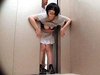 エレベーターの扉に挟まれた団地妻たちの「助けて~」の声に救出に来た男が身動き出来ないお尻に発情してパンツをおろしチ○コ挿入