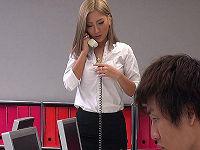 仕事でミスして怒られ凹んでいる茶髪女子社員の尻に発情してスカートまくり上げパンツずり下げハメまくる