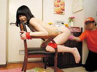 女子大生が自宅の玄関先で全裸になり椅子にダルマ拘束されたままエロ訪問客を出迎えて舐められまくりハメられまくるアルバイトをする