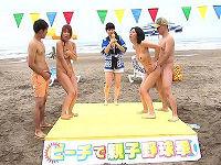 日焼け巨乳ママが手ぶらで赤面!初めての脱衣ジャンケンで水着が無くなったら砂浜で中出し大乱交しまくる
