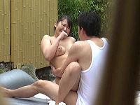 女子アナ志望の巨乳女子大生が露天風呂で温泉レポートだけのはずが乳輪ハミ出しそうな小さいビキニ着せられ興奮した男たちにチ○コハメられまくる