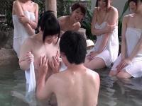 AV制作会社のGカップ女子正社員がAVデビュー、仕事を理由に裸当てパネルで乳モミまくり立ちバックでチ○コハメて高速ピストン