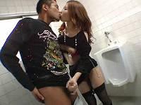 お金が欲しい美形ギャルに公衆トイレでベロチュー手コキしてもらう