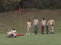 みんな全裸でゴルフコースを周り途中でセックスする