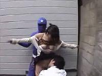 路地で待ち伏せして巨乳お姉さんの乳やまんちょを舐める