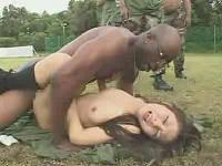 黒人海兵隊に捕まったらその場で中出しレイプに挑むお姉さんたち