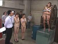 女子社員3人を全裸にして水車に括り付けてすけべな拷問