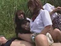 河原で青姦しているカップルを逆レイプするドS女子校生3人組