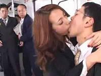 電車内でイチャつくカップル、キスされたくなるリップを塗って彼女を横取りセックスする