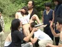 レイプ犯を捕まえに来た刑事さんも参加して人妻を野外輪姦
