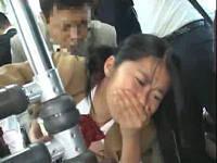 満員バス内でウブな女子校生に股間を擦り付けセックスする人
