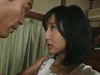 義理の娘の控え目で敏感な乳房をつまみながらセックスする義父
