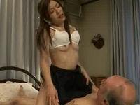 おじいちゃんに性処理介護してあげる優しい孫娘