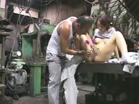 工場で働く上司の性欲を拒めずに作業服のまま肉棒を受け入れる女性