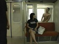 電車の窓ごしに手淫していた男にハメられ乳を揺らしまくるむっちりミニスカお姉さん