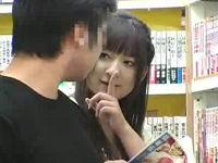 本屋で立ち読み中のお客さんを逆ナンしてその場でセックスするお姉さん