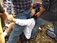 母親の前で娘のまんちょ開いて強制的にバイブ挿しこみフェラさせる鬼畜集団