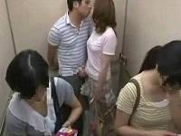 急停止したエレベーター内の蒸し暑さに見知らぬ男女が発情してセックス