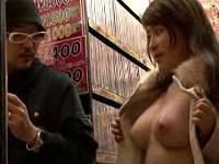 アダルトビデオ屋に出没した巨乳痴女が男性客に生乳見せ興奮させて店内セックスする