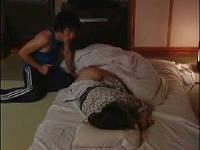 温泉一人旅して旅館で就寝中の巨乳巨尻OLさんを夜這いしてセックスする男