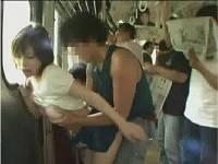 一般客のいる電車内で声を押し殺して立ちバック(紋舞らん)