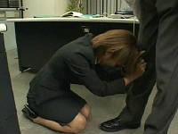 不倫していた上司に職場で別れを切り出され「最後にもう一度だけ抱いて」と土下座して懇願するOL