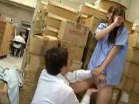 仕事中に倉庫で隠れてメールしていたのがバレて男性社員にハメられるパート従業員のお姉さん