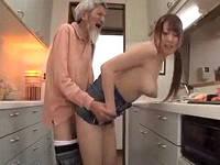 「まだまだ満足させられるんじゃ~」老人がボインギャルの体にむしゃぶりつき幸せそうにハメまくる