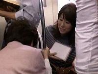 電車内で老婦人に席を譲ろうとデカ尻突き出しジーパン破れたお姉さんにち○こ擦りつけ射精する痴漢男