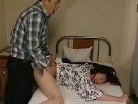 相部屋で入院している性欲旺盛な女性が見舞いに来た男とカーテン閉めてセックスしまくる
