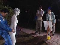公園で銅像になりきり表情ひとつ変えず野外セックスする指令に挑戦するむっちりお姉さん