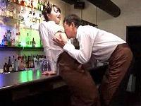 夫婦でBARを経営する男が嫁にイビられストレス溜めてバイトの女子大生とセックスしまくる