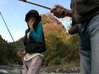 1人で釣りをしていたスレンダー女性にさり気なく勃起ち○こを見せ発情させてセックスしまくる