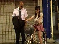 パンツが見える程短いミニスカはいてチャリで街中を走行しサラリーマンを挑発しセックスするお姉さん