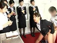 美人客室乗務員が下半身だけ裸になり機長のち○こハメて喘ぎを我慢しながらボディアテンド指導する