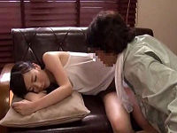 エアコン修理中に酒飲んで寝てしまったノーブラ人妻の乳にイタズラしていたら起きてセックス求めてきた