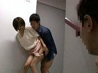 弱みを握られた女子大生が痴女行為を強要され発情した男に廊下に連れて行かれ犯されている姿を観察