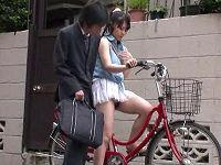 わざとミニスカで自転車に乗りパンチラ見せて反応したサラリーマンを自宅に招きハメられまくるお姉さん