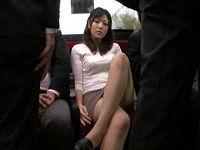 通勤バス内でミニスカ脚を組んだり開脚したりしてパンツを見せて挑発して来たOLのデカ尻に擦りつけ射精する