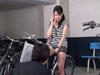 自転車にまたがり携帯で話していたミニスカお姉さんのパンツをガン見していたらお互い発情してセックス