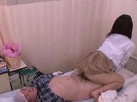 入院中にお見舞いに来た母親の妹のデカ乳に勃起したせいで尿瓶にチ○コが入らなくなり発情してセックス